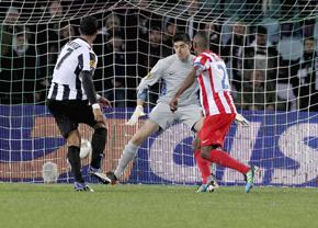 Benatia, del Udinese, anota el primer gol ante el Atlético.