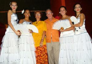 Héctor Domínguez con las integrantes del grupo de baile.