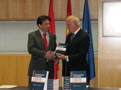 Percival Manglano entrega el proyecto a  José Ignacio Echeverría.