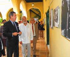 El embajador Manuel Cacho y el consejero de Trabajo en México, José Francisco Armas, en la muestra.