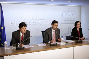 Los consejeros José Manuel Rivero, Florentino Alonso y Paloma Menéndez en la comparecencia.