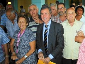 Tomás Rodríguez-Pantoja con algunos de los asistentes a la reunión.