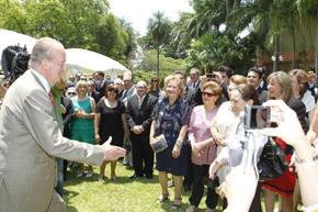 Don Juan Carlos saluda a los españoles en Paraguay.