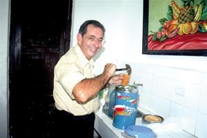 El vicepresidente de la Casa, José Luis Vigil, con la fabada.