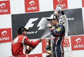 Alonso riega con champán a Vettel en el podio del Gran Premio de la India.