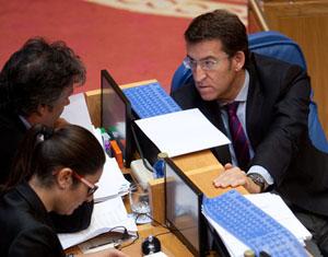 Feijóo charla con el portavoz del PP en el Parlamento, Pedro Puy.