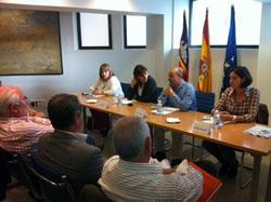 Gómez se dirige a los presidentes de las Casas, junto a Antonia Estarellas (2ªi).