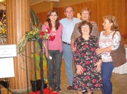 Elsa Quiroga, David Garijo, Ma. del Carmen Campos, Ana Martín y Lorenza Ortega junto al diseño floral realizado por Campos.