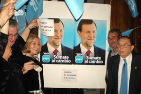 Pegada de carteles ante la sede del PP en Buenos Aires.