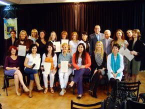 Las mujeres que participaron en el curso posan con los diplomas acreditativos.