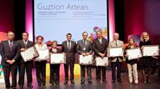 Patxi López con los representantes de los centros que cumplieron o vayan cumplir próximamente su centenario.