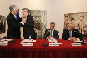 Carlos Lema impone la Insignia a Xesús Palmou ante Alfonso Rueda y el director de la Casa de Galicia en Madrid, José Ramón Ónega.