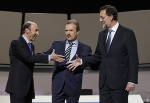 Rubalcba y Rajoy se saludan ante el moderador Manuel Campo Vidal.