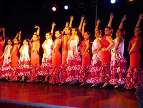 El ballet de la Asociación Española mostrando todo su arte.