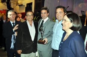 Rafael Gómez recibe el Premio Quijote.