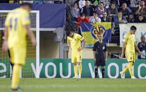 Los jugadores del Villarreal cabizbajos tras encajar el tercer gol del Manchester City.