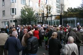 Concentración ante la Embajada de España en París.