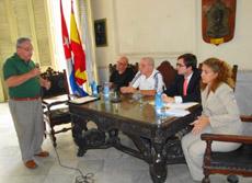 Uno de los asistentes plantea una cuestión a Iago Losada y Olga Silvia.