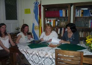 Emilce Arroyo Pastor con los integrantes de la entidad firman el protocolo de actuación.