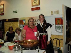 Alicia Vega (izda) durante el encuentro 'Aquí España'.