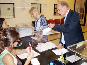 Un emigrante español deposita su voto en el Consulado de Buenos Aires.