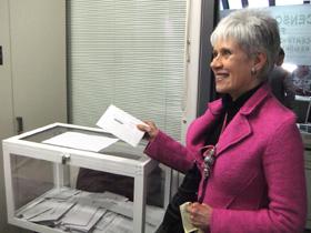 Una española depositando el sobre de votación en el Consulado en México.
