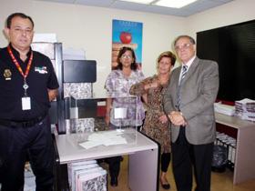 Testigos de los partidos, custodiados por la policía española, junto a la urna con los 10 sobres de votación en el Consulado de Caracas.