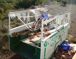 La carreta de Caduferos Rocieros destrozada.
