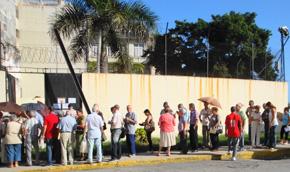 Cola para depositar el voto en el Consulado de España en La Habana.