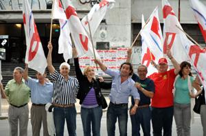 Directivos del partido popular festejan el triunfo electoral en las calles de Montevideo.