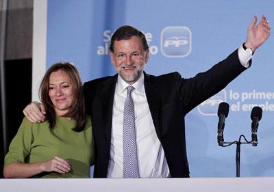 Mariano Rajoy junto a su esposa Elvira Fernández celebran la victoria en el balcón de la sede del PP en Génova.