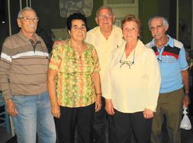 El presidente Rolando Pérez Palmero (c) durante la actividad con un grupo de naturales de Barcala.