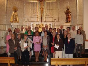 Socios y autoridades ante la imagen de la Virgen de los Desamparados.