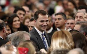El Príncipe Felipe rodeado por algunos de los cientos de españoles residentes en Chile que acudieron al encuentro.