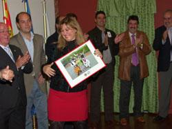 Gloria Sánchez, subdelegada del Gobierno, recibe su reconocimiento.