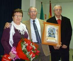 El matrimonio galardonado con el presidente de la asociación.