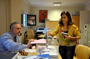 Una española votando en Montevideo.