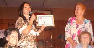 María de las Mercedes Malpica y María Cullere (sentadas) al recibir el diploma por parte de la Comunidad Andaluza.