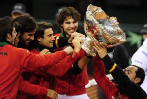 Los jugadores españoles con la Ensaladera de campeón de la Copa Davis.