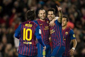 Cesc celebra con sus compañeros uno de los goles ante el Levante.