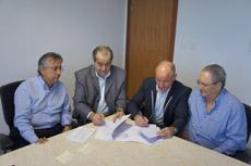 Camba firma el convenio con la Real Sociedad Española de Beneficencia-Hospital Español de Salvador de Bahía.