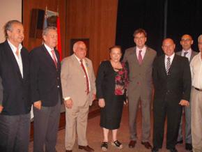 En el centro de la imagen, Justino Nava Vega acompañado a su derecha por Rafael Estrella y José David, y a su izquierda por Antonia Pérez, Rafael Soriano, Pablo Puertas y el canciller Fernando Roldán.