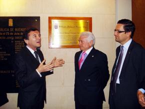 Vázquez Portomeñe escucha al presidente del Centro Galicia, José María Vila Alén, segundos después del descubrimiento de la placa en su honor.