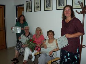 Salvadora Moranta con las alumnas, que muestran sus certificados.
