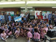 La directiva y socios del Centro con los menores del Jardín Municipal.