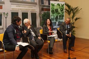 El periodista Toni Garrido, conductor del acto, Luis Lamiel, del CGCEE, la secretaria de Estado, Anna Terrón y el presidente del Foro para la Integración de Inmigrantes, Joaquín Arango.