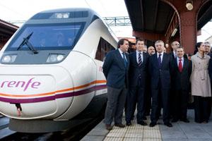 Feijóo, Blanco y el resto de autoridades junto al tren que hizo el recorrido inaugural.
