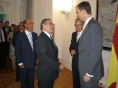El Príncipe con el presidente de la Federación de Sociedades Españolas, Pedro Bello.