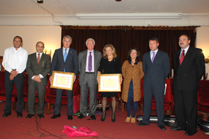 Autoridades e invitados con los Premios Excelencia y Ejemplaridad de la Casa de León.