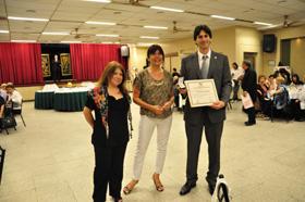 El alcalde de Vedra, junto a Alonso y la diputada Saya, muestra con orgullo el diploma que lo declara Visitante Ilustre.